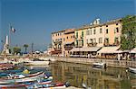 Le port et le front de mer cafés, Lazise, Lake Garda, Veneto, lacs italiens, Italie, Europe