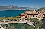 Vue depuis les remparts du château du port et la ville de Torre del Benaco (Torri del Benaco), lac de garde, Veneto, lacs italiens, Italie, Europe