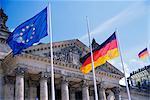 Extérieur du Reichstag building et drapeaux, Berlin, Allemagne, Europe