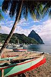 Soufriere avec les Pitons dans le fond, l'île de Sainte-Lucie, îles sous-le-vent, Antilles, Caraïbes, Amérique centrale des bateaux de pêche
