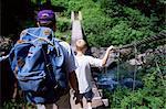 Père et fils de randonnée au col Anderson, vallée enchantée, Olympic National Park, patrimoine mondial de l'UNESCO, l'état de Washington, États-Unis d'Amérique (États-Unis d'Amérique), Amérique du Nord