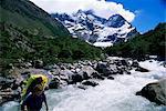 Pont de croisement de Backpacker dans la Valle Frances, Torres del Paine National Park, au Chili, en Amérique du Sud