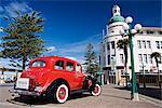 Publicité de voiture rouge vieux tours dans la ville de style Art déco, en face de la tour de l'horloge de la déco, Napier, North Island, Nouvelle-Zélande, Pacifique