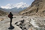 Trekker offre la vue sur l'Annapurna circuit trek, Jomsom, Himalaya, Népal. Le pic élevé au loin est Nilgiri 7021m, faisant partie d'un mur, connu comme la grande barrière.