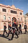 Gardes marchant devant la Casa Rosada, Buenos Aires, en Argentine, en Amérique du Sud