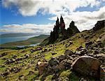 Le vieil homme de Storr, surplombant le Loch Leathan et sons de Raasay, Trotternish, île de Skye, en Ecosse, Royaume-Uni, Europe