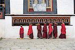 Moines bouddhistes en tournant les moulins à prières, monastère Dratsang Karchu, Joseph, Bumthang, Bhoutan, Asie