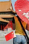 Femme chinoise avec le drapeau chinois cité interdite, Beijing (Pékin), Chine, Asie