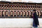 Femme bhoutanaise tournant bouddhiste moulins à prières, Trashi Chhoe Dzong, Thimphu, Bhoutan, Asie