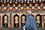 Bhoutanais vieilles homme meules prière bouddhiste temple, Thimphu, Bhoutan, Asie