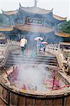Bâtonnets d'encens brûlant devant le Temple Yuantong, Kunming, Yunnan, Chine, Asie