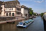 Bateau sur le canal, Strasbourg, Alsace, France, Europe