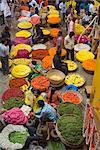 Collier fleuristes dans le marché de la ville, Bengaluru (Bangalore), l'état de Karnataka, Inde, Asie