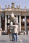 Seniors touristes attractions à St. Peters Square, Rome, Lazio, Italie, Europe