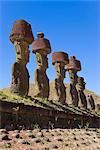Anakena beach, monolithiques pierres Moai statues géantes de Ahu Nau Nau, dont quatre ont topknots, Rapa Nui (île de Pâques), patrimoine mondial de l'UNESCO, Chili, Amérique du Sud
