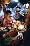 Femme préparant la nourriture à un étal sur le marché, Hoi An, Vietnam, Indochine, l'Asie du sud-est, Asie