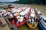Exprimer des bateaux sur la rivière de Rejang à Kapit au Sarawak dans north Borneo, Malaisie, Asie du sud-est, Asie de l'ouest