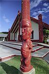 Sculpté en bois figure ou poupou, réplique, Maori Arts and Crafts Institute, Whakarewarewa thermal et culturel quartier village, Rotorua, sud du Pacifique Auckland, North Island, Nouvelle-Zélande,
