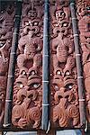 Complexes de sculpture dans le village de réplique à l'Institut d'artisanat maoris, Whakarewarewa thermal et culturel zone, Rotorua, North Island, Nouvelle-Zélande, Pacifique