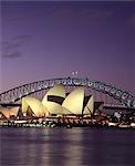 Maison d'opéra avec le Harbour Bridge en arrière-plan, Sydney. Extérieur au crépuscule.