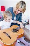 Mädchen und Frau mit einer Gitarre spielen