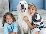 Frère et soeur avec leur chien