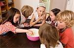 Mädchen und jungen Verkostung Gericht