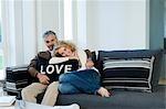 Homme et femme sur le canapé avec coussin