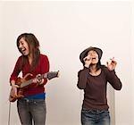Deux femmes chanter et jouer de la guitare