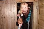 Deux jeunes filles inspectent treehouse