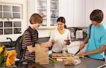 Faire des repas scolaires pour les fils de la mère