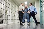 Prisonnier glissée dans couloir
