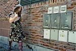 Jeune femme en vêtements branchés marchant sur le trottoir