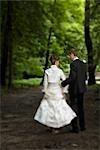 Mariée et le marié, marchant dans les bois, Chamonix, Haute-Savoie, France