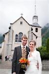 Jeunes mariés devant l'église, Chamonix, Haute-Savoie, France