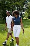 Paar Walking am Golfplatz