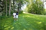 Couple marchant sur le parcours de Golf