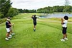 Groupe de gens jouer au golf