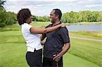 Couple embrasser sur le parcours de Golf