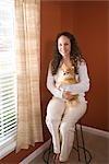 Portrait de jeune femme holding Poméranie chien dans les bras