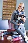 Portrait de bébé holding jeune femme d'affaires au travail