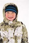Kleinen Jungen spielen im Schnee