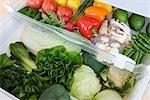 Kühlschrank gefüllt mit frischem Gemüse