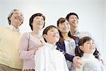 Famille asiatique debout ensemble