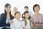 Famille asiatique assis ensemble