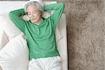 Senior homme reposant sur canapé