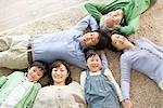 Famille japonaise couché sur le tapis