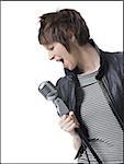 Une jeune femme chanter dans un microphone