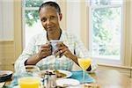 Portrait d'une femme senior, le petit déjeuner