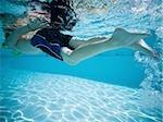 Garçon nage sous l'eau dans la piscine